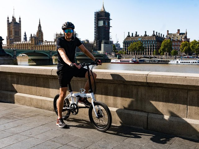 Oliver cycled the Estarli e20 through central London to create the largest ever GPS lightning bolt